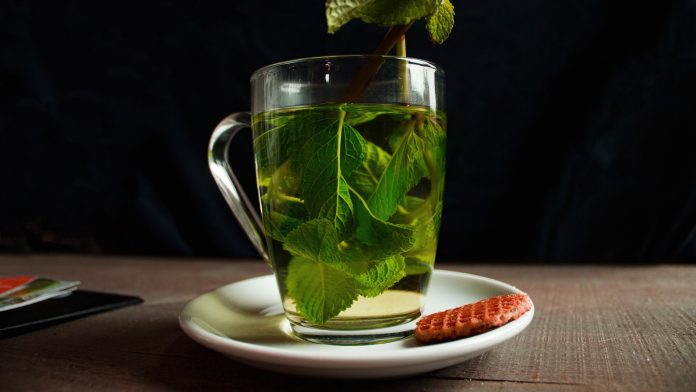 thé vert dans tasse