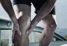 homme se trnant le genou droit
